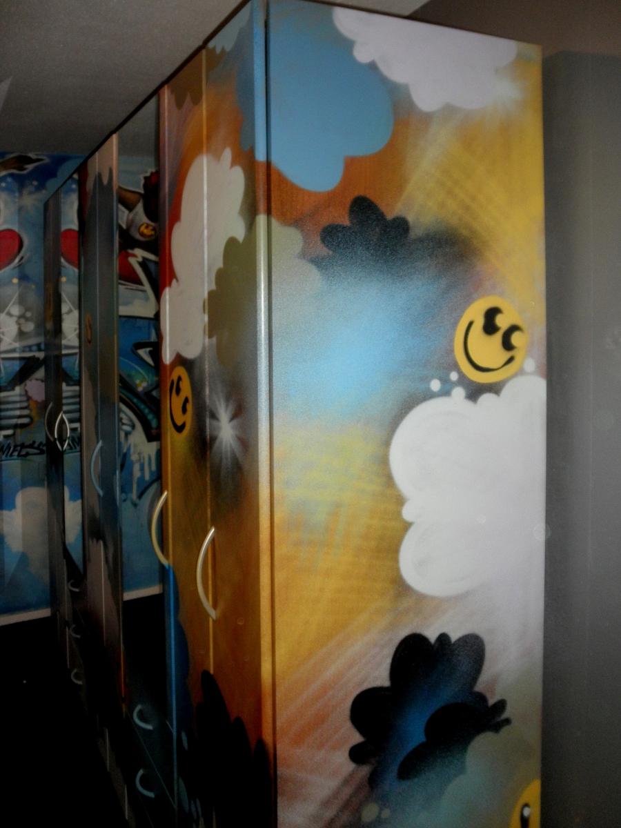 Graffiti Kast Smileys In Wolken Muurschilderingen Graffiti